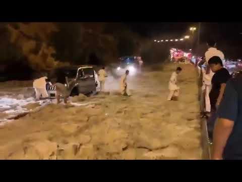サウジアラビアで激しい雹(ひょう)嵐が発生 – 長さ: 0:16。